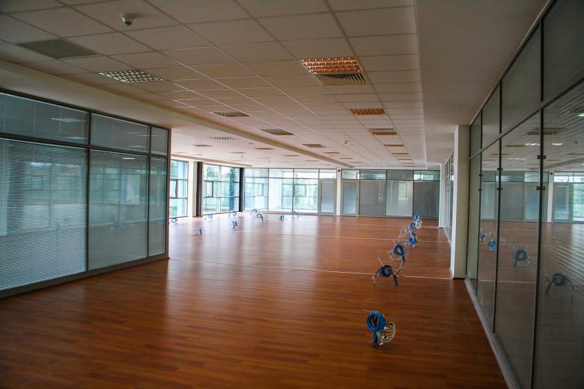 Ventajas de colocar mamparas de oficina en tu espacio de for Oficinas de trabajo temporal
