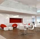 oficina-amplia-con-muebles-de-colores-claros (1)